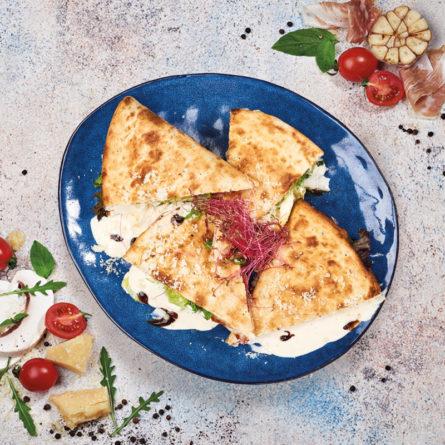 Піадіна з прошуто, крем сиром, руколою та помідорами